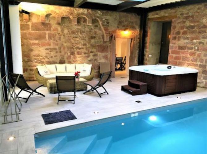 Magnigfique piscine intérieure chauffée avec spa