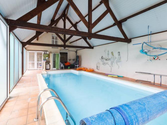 Belle piscine chauffée intérieure à Mesquer.jpg