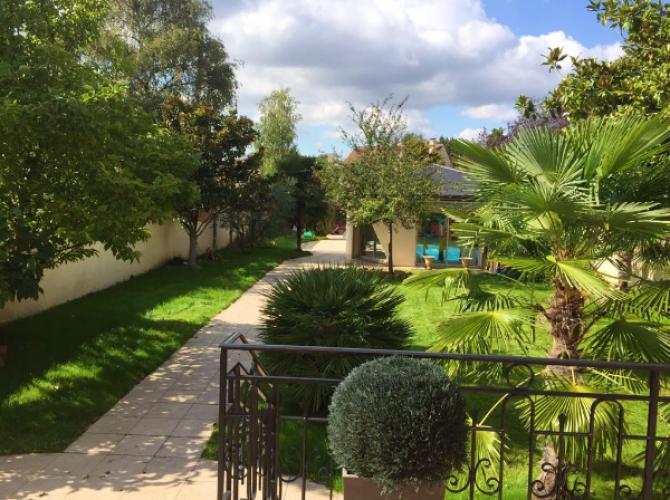 Magnigique jardin avec piscine intérieure chauffée et jacuzzi ouvert toute l'année