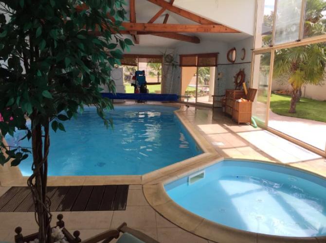 Grande et petite piscines intérieure chauffées à 30°C à 25min de Paris