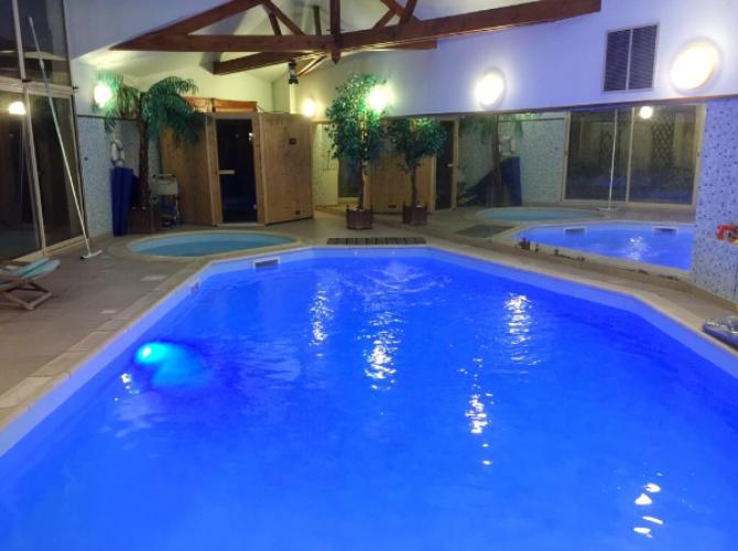 Grand et petit bassin chauffées à 30°C toute l'année avec jacuzzi près de Paris