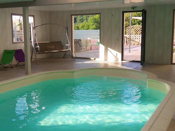 Grande pisicne intérieure chauffée lumineuse à Orcival proche d'une station de ski.jpg