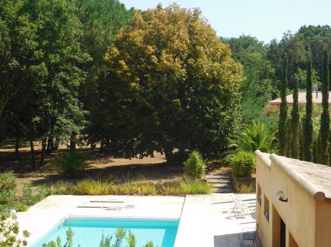 Grande piscine privée dans villa à Bormes (83)