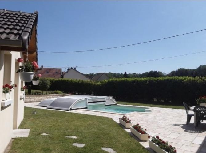 Belle et grande piscine à 1h de Paris