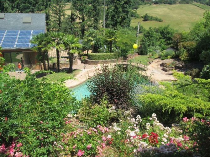 Véritable lagon avec cascade dans un cadre de verdure près d'Albi