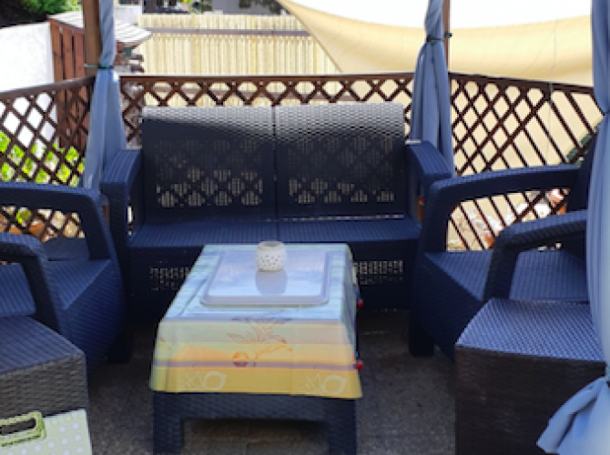 Piscine privée avec salon de jardin