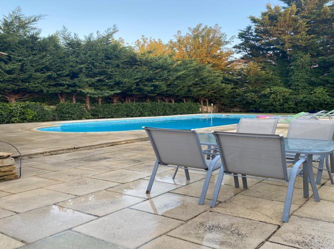 Belle et grande piscine indépendante de la maison