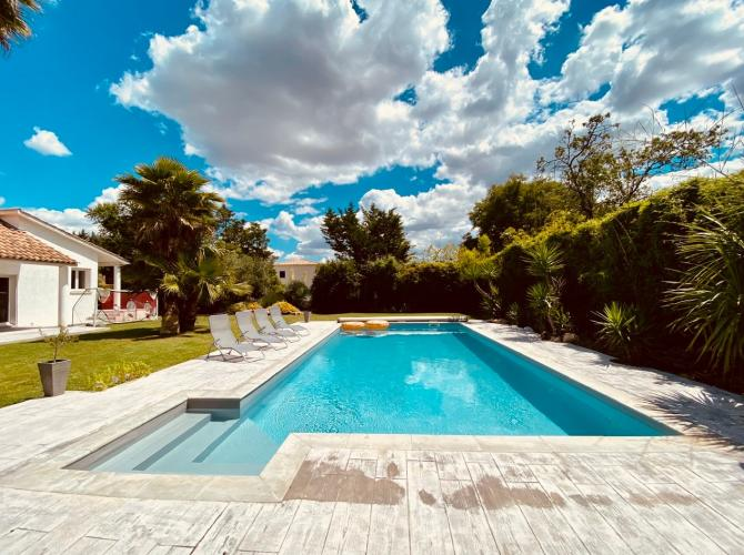 grande piscine chauffée avec pool house