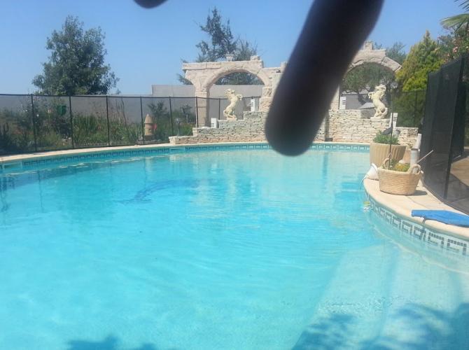 Très grande piscine privée avec plongeoir sculpté main à 15km de Montpellier