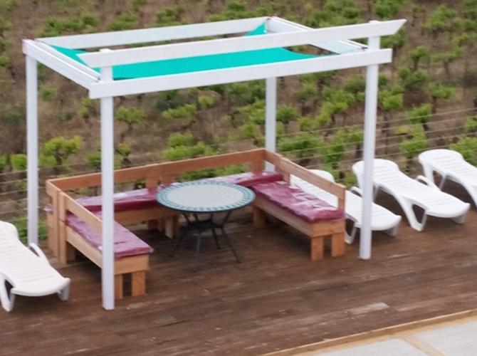 piscine avec salon de jardin