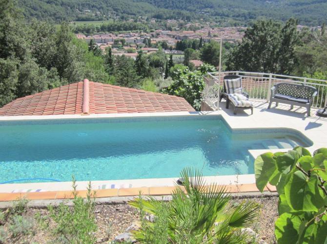 Belle piscine avec vue panoramique non loin de Marseille
