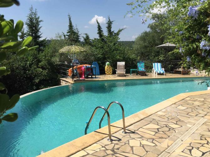 Vaste piscine proche de Saint-Paul de Vence, parking