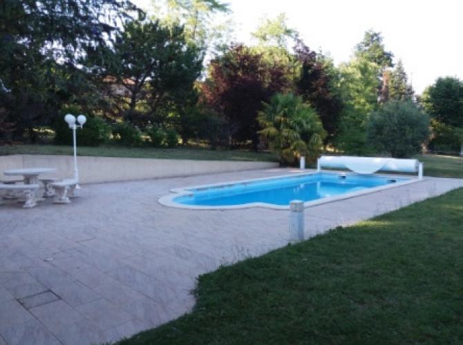 """Belle piscine chauffée à Sonnay, à 10 mn de la sortie d'autoroute """"Chanas"""", entre Lyon et Valence (45 mn)"""
