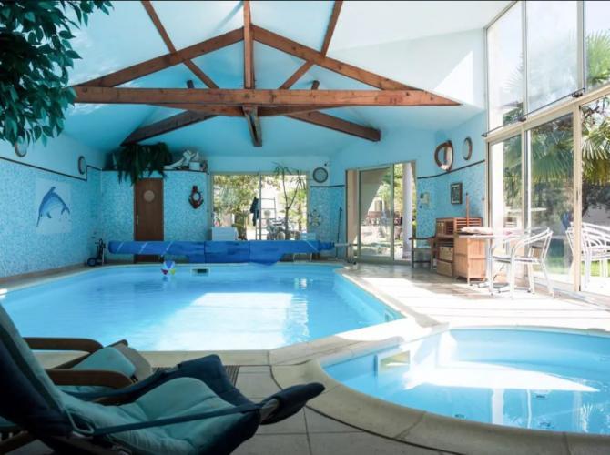 Grande et petite piscines intérieures chauffées avec jacuzzi près de Paris