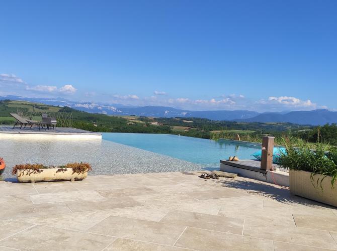 Grande piscine à débordement vue panoramique