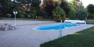 Belle piscine chauffée à Sonnay, à 10 mn de la sortie d'autoroute